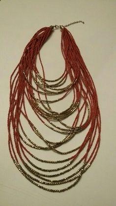 Perlenketten in rot-gold