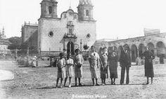 Gente fuera de parroquia de Jalostotitlan Jalisco Mexico