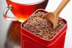 9 Proven Health Benefits of Rooibos Tea. 50 times more antioxidants than green tea. Caffeine free, great for hair and skin, helps prevent type II diabetes, good for digestion, anti-inflammatory. [And I find it a good substitute for a great Rooibos Tee, Red Rooibos Tea, Best Herbal Tea, Best Tea, Herbal Teas, Te Rojo Pu Erh, Detox Tea Diet, Bio Tee, Pure Green Tea