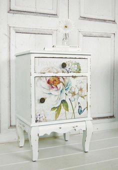 Vintage bedside table with flowers in shabby look, country style, bedroom / class . - Vintage bedside table with flowers in shabby look, country style, bedroom / classic white bed table - Shabby Chic Interiors, Shabby Chic Bedrooms, Shabby Chic Homes, Shabby Chic Furniture, Shabby Chic Decor, Rustic Furniture, Country Bedrooms, Shabby Chic Side Table, Industrial Furniture