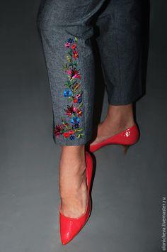 Купить или заказать Брюки женские вышитые. Брюки капри «Серые с вышивкой» в интернет-магазине на Ярмарке Мастеров. Стильные брюки-капри с высокой талией. Брюки серые, узкие, укороченные, модной длины, с маленькими распорочками. Брюки украшены вышивкой гладью ручной работы по авторскому рисунку. Уникальны, в единственн…