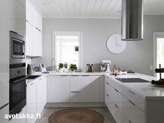 valkoinen taso valkoisessa keittiössä
