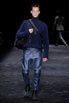 The complete Neil Barrett Fall 2018 Menswear fashion show now on Vogue Runway. Knit Fashion, Leather Fashion, Men's Fashion, Blue Fashion, Mens Fashion 2018, Fashion Trends, Fashion Styles, Catwalk Fashion, Mens Essentials