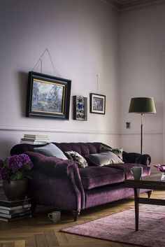 Choosing a purple sofa over a traditional neutral can definitely make a splash in your living room. Here are some tips to decorate your living room with a purple sofa. Home Interior, Interior Ideas, Living Room Colors, Living Room Designs, Living Spaces, Plum Living Rooms, Living Room Decor Purple, Minimalist Decor, Home Furniture