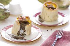 Il tortino di carciofi con cuore filante è un antipasto sfizioso con un involucro di pasta frolla al formaggio e un cuore di carciofi e scamorza.