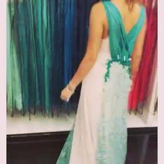Vestido longo todo em tule tingido manualmente de verde e areia  bordado com  mini flores de tecido!  Reparem que tem #swarovski espalhados pelo vestido ! Um luxo!  Alto verão 2016 chegou com tudo!  Preparem-se #pontofinalmoda #ribeiraopreto #festa #moda #fashiontips #ribeiraopretofashion #lika #likafashion #likasummer2016 #vistalika