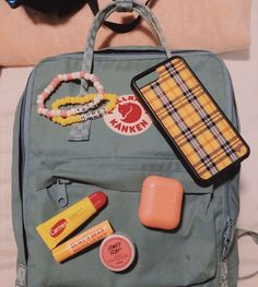 this is such a cute set up! qotd: do you have a kanken or a. this is such a cute set up! qotd: do you have a kanken or a wildflower case? aotd: i have a wf case but not a kanken i want one tho! Backpack Outfit, Kanken Backpack, Tumblr Boys, Mochila Grunge, Vsco Essentials, Outfits For Teens, Girl Outfits, Mochila Kanken, Iphone 7
