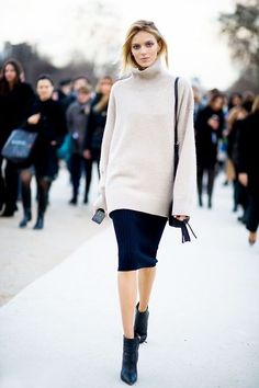 Slouchy jumper and a pencil skirt with high heels - all you need for an elegant and feminine look Anja Rubik