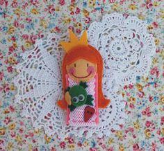 Felt brooch Princess &  Frog - Broche de fieltro Principesa y Rana. €10,00, via Etsy.