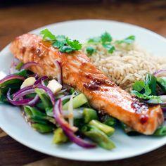 Er du lei av laks, må du prøve ovnsbakt laks med hoisinsaus. Hoisinsausen blandes med ingefær, soyasaus, hvitløk og lime, og gir en herlig smak på laksen. Hoisin Sauce, Fish And Seafood, Fish Recipes, Risotto, Salmon, Snacks, Chicken, Dinner, Ethnic Recipes