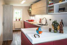 Grifflose Küche mit Glasfronten, offen zum Wohn-Essbereich Kitchen Cabinets, Home Decor, Best Husband, Decoration Home, Room Decor, Cabinets, Home Interior Design, Dressers, Home Decoration