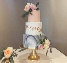 Cake trends bundled into one. Gold, blush, calligraphy, hand painted florals, marbling, colour combo! We are in Love! . Cake by…