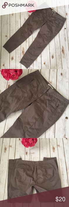 """Loft Zipper Pocket Fatigue Crop Pants Ann Taylor LOFT Olive green ankle pants with front Zipper pockets. Size 6. Excellent condition with no flaws. Made of 98% cotton and 2% spandex. Approximate measurements flat and unstreched: waist 31"""", rise 8.5"""", inseam 27"""". ⚓️No trades or holds. I negotiate only through the offer button. Any measurements listed are approximate since I am not a seamstress. 🚭🐩HB LOFT Pants Ankle & Cropped"""