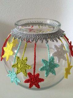 Excellent Pic Crochet flowers vase Ideas Sterne an Glas Crochet Decoration, Crochet Home Decor, Crochet Flower Patterns, Crochet Flowers, Knitting Patterns, Crochet Vase, Crochet Gifts, Cute Crochet, Crochet Jar Covers
