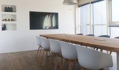 ZWAARTAFELEN I Robuuste boomstamtafel met eiken blad en stalen onderstel voor kantoor- of vergaderruimte van Zwaartafelen. Meer inspiratie opdoen voor je interieur of interior? Neem dan eens een kijkje op onze website www.zwaartafelen.nl I