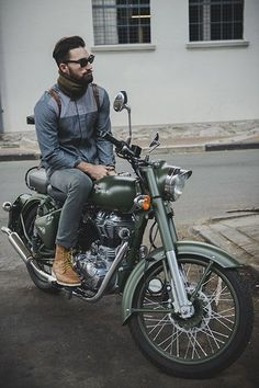 Leather Jacket Ins't The Only Think That Make You Look On a Bike (Men life Hack) Enfield Bike, Enfield Motorcycle, Motorcycle Style, Style Moto, Mode Style, Vintage Bikes, Vintage Motorcycles, Bobbers, Cruisers