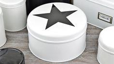 Mit Lackspray und einem schönen Schablonenmotiv kann du aus alten Gebäckdose ein richtiges Schmuckstück für deine Küche zaubern. Hier geht´s zur anderen Umst...