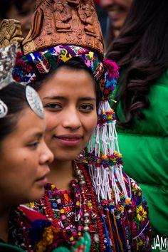 Jóvenes guatemaltecas con su traje típico para el festival de Barriletes gigantes en Sumpango, Sacatepéquez.