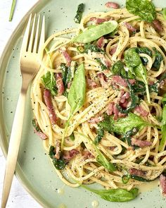 Spaghetti carbonara with bacon and spinach - A true Italian classic that you conjure up on the table in This version is with crispy fried - Big Meals, No Cook Meals, Easy Meals, Good Healthy Recipes, Vegetarian Recipes, I Love Food, Good Food, Bruschetta, Pasta Dishes