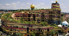 BEMÆRKELSESVÆRDIG. Ingen af de 1.000 vinduer i Hundertwassers bygning i den tyske by Darmstadt er ens. - Foto: Darmstadt.de