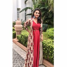 Photos That Proves Kajol Is Our Forever Favorite 13 Photos That Proves Kajol Is Our Forever Favorite - Glowpink Kurta Designs, Blouse Designs, Dress Designs, Dress Indian Style, Indian Dresses, Indian Outfits, Indian Attire, Indian Wear, Shrug For Dresses