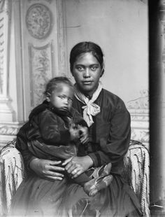 Maori woman and child, Hawkes Bay district, ca Photo by Samuel Carnell of Napier Old Photos, Vintage Photos, Antique Photos, Vintage Prints, Maori People, Aboriginal People, Maori Art, Black History Facts, Madonna And Child