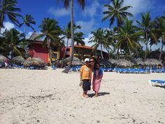 ...a la orilla de la chimenea a esperar que suba la marea.  Adri y Mashi, Princes Hotel, Punta Cana.
