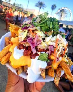 Loaded Monster Fries from Monster Fries at the Main Stage full bar area Garlic fries topped with nacho cheese, sour cream, bacon and cilantro This one has added slaw to get in that serving of veggies : : TAG YOUR COACHELLA CREW Coachella Food, Coachella 2016, Taco Food Truck, Food Trucks, Bottomless Brunch, Nacho Cheese, Cheese Fries, Gula, Good Food