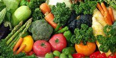 Monipuolinen vegaaniruokavalio sisältää kaikkia ihmisen tarvitsemia vitamiineja ja kivennäisaineita, lukuun ottamatta B12-vitamiinia ja Suomen oloissa D-vitamiinia. (1, 2, 3) Vegaanit tarvitsevat ruokavalioonsa B12-vitamiinia lisäravinteena tai B12-vitaminoitujen elintarvikkeiden kautta.