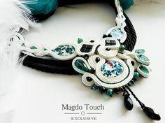 « Aquarelle » Audacieux et unique pièce fait de tresses de soutache, peint de nacre de perles, perles en verre tchèque, rondelles, gouttes et cristaux, perles Toho, cube de verre, feuilles de verre, fleurs à la main en organza, satin corde et ribonns, feutre sur le dos. Circonférence du collier est de 37, 5cm, longueur 11cm et largeur 9cm dans la partie la plus large. Taille est réglable. Végétaliens. Pièce efficace, féminin et élégant de l'art vestimentaire. « Benedicte touche exclusive »…