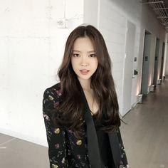 Naeun Starcast at New York fashion week. Kpop Girl Groups, Korean Girl Groups, Kpop Girls, New York Fashion Week 2018, Yein Lovelyz, Apink Naeun, Namjoo Apink, Son Na Eun, Brave Girl