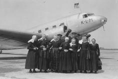 Rondleidingsgroep van de Veluwe voor DC_2, PH_AKK, Koetilang Toestel vernield bombardement 10 05 1940. 1937 Collectie Stadsarchief Amsterdam #Gelderland #Veluwe #nieuwedracht #oudedracht