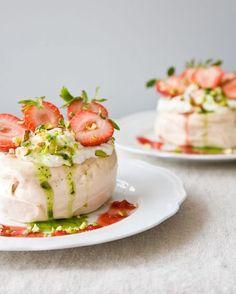 Fruit dessert: pavlova with strawberries,vanilla cream and basil coulis Just Desserts, Delicious Desserts, Dessert Recipes, Yummy Food, Tasty, Summer Desserts, Meringue Desserts, Dessert Healthy, Fruit Dessert