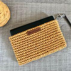 Love the texture of that crochet. Love your new colourful crochet too Cristina! Free Crochet Bag, Crochet Purse Patterns, Crochet Clutch, Crochet Purses, Love Crochet, Crochet Yarn, Easy Crochet, Crochet Stitches, Foundation Single Crochet