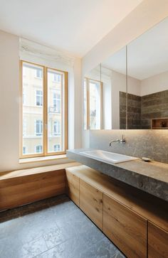 Bathroom / Pünktchen / DYNAMO Studio Like the use of vanity wood in other area of bathroom.