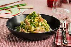 Fersk pasta med laks og erter