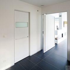 Moderne taatsdeur op maat met excentrische taats plaatsing. De taatsscharnier wordt niet ingebouwd in de vloer waardoor ze dus zowel in nieuwbouw als een bestaande woning kan toegepast worden.