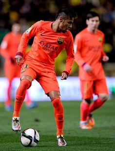 Neymar Photos - Neymar of FC Barcelona controls the ball during the Copa del Rey Semi-Final, Second Leg match between Villarreal CF and Barcelona at El Madrigal stadium on March 2015 in Villarreal, Spain. - Villarreal CF v Barcelona