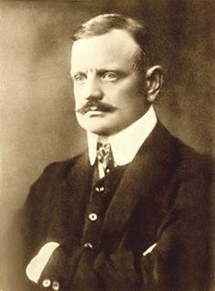 Composer Jean Sibelius 1913.  Jean Sibelius on tunnetuin ja arvostetuin suomalainen säveltäjä, 1900-luvun ja ehkäpä koko musiikinhistoriankin tärkeimpiä sinfonikkoja ja orkesterirunoilijoita. Harva säveltäjä on kyennyt vangitsemaan yhtä osuvasti oman kansansa myyttejä, historiaa ja luontoa säveliin kuin Sibelius.   https://en.wikipedia.org/wiki/Jean_Sibelius  http://www.kansallisbiografia.fi/kb/artikkeli/3630/