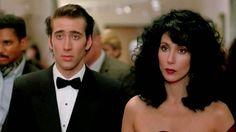 O casal protagonista é desglamourizado e por isso mesmo mais sensual e convincente. Diferentemente dos tipos perfeitinhos que protagonizam os filmes do gênero, o que encanta em Loretta e Ronny é o caráter patético de ambos. A ele falta uma mão e bom senso. A ela sobra bom senso e a atriz e cantora Cher está bem distante de qualquer estereótipo de mocinha protagonista de comédia…