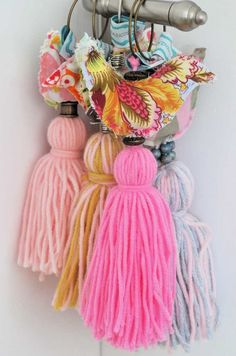 collar en lana - Buscar con Google Dyi Crafts, Fabric Crafts, Crafty Projects, Projects To Try, How To Make Tassels, Passementerie, Crochet, Art For Kids, Decoration