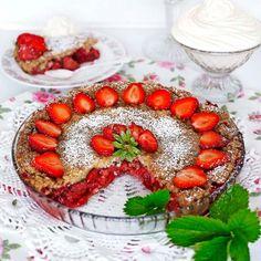 Jordgubbspaj Pie Dessert, Dessert Recipes, Fika, What To Cook, Bruschetta, Cheesecake, Deserts, Goodies, Strawberry