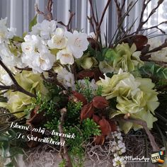 Zijde arrangement wit groen met hout