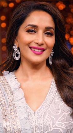 Madhuri Dixit on the set of Entertainment Ki Raat Indian Bollywood Actress, Beautiful Bollywood Actress, Bollywood Fashion, Beautiful Actresses, Indian Actresses, Beautiful Girl Photo, Beautiful Girl Indian, Most Beautiful Indian Actress, Beautiful Saree