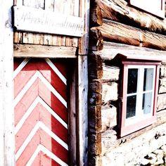 Røros to jedno z najstarszych miasteczek składających się z budynków drewnianych w Europie zlokalizowane na delikatnie opadającym płaskowyżu o wysokości 628 metrów n.p.m. Miasto powstało w 1644 r. kiedy to w okolicy znaleziono pierwszą rudę miedzi. Z czasem Røros stało się jedną z najważniejszych miejscowości górniczych w Norwegii. - tak mówi @visitnorway  i ma rację! Jeśli ktoś ma ochotę w czasie podróży po Norwegii wpaść do tego historycznego miasteczka to serdecznie polecam  podobno w… Artwork, Instagram, Work Of Art, Auguste Rodin Artwork, Artworks, Illustrators