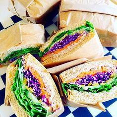 サンドイッチの簡単な包み方をご紹介します。サンドイッチをお弁当に詰める時にパンと具が離れてしまってうまく詰められないとか、食べる時に手を汚さずに食べたいけどどうしよう、なんてお悩みはありませんか?ここではサンドイッチを簡単に食べやすく、見た目もかわいい包み方をまとめました。参考になる動画もご紹介しています。明日のランチにカフェ風のおしゃれなサンドイッチに挑戦してみませんか?