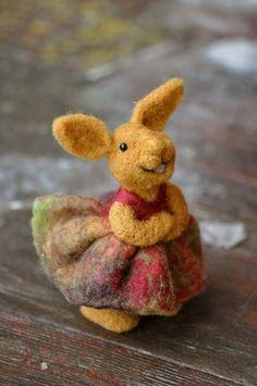 Nadel wolle Felted Bunny Rabbit trägt ein rotes von BearCreekDesign
