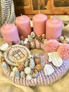Christmas Advent Wreath, Pink Christmas Decorations, Christmas Centerpieces, Diy Christmas Gifts, Advent Wreaths, Green Christmas, Christmas Time, Farmhouse Christmas Decor, Candle Centerpieces