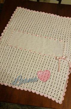 Copertina culla in lana. Bianca e rosa,  con nastrino rosa e spazio centrale per personalizzazione.