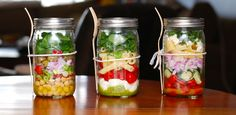 Having good meal prep tips can help you enjoy healthy, balanced meals. Eat healthier without spending much time cooking, if you prepare meals ahead of time. Mason Jar Lunch, Mason Jars, Mason Jar Meals, Meals In A Jar, Food Trucks, Caprese Pasta, Caprese Salad, Pesto Pasta, Spinach Salad